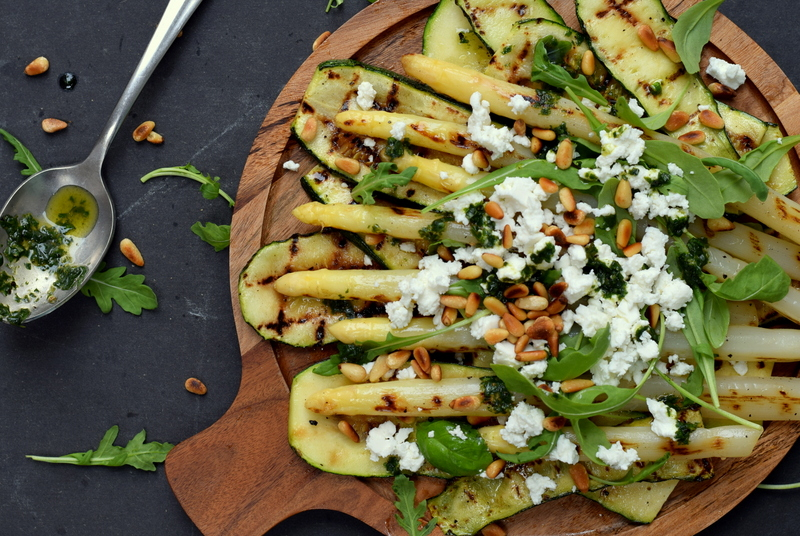 Karola's Kitchen - Gegrilde courgette en asperges met feta en basilicumolie
