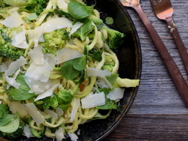 Karola's Kitchen - Courgetti met cashewsaus en broccoli