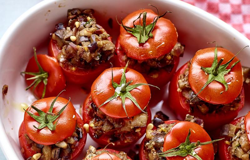 Karola's Kitchen - Gevulde tomaten met aubergine en olijven