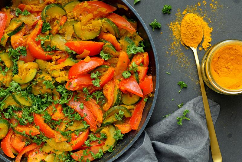 Karola's Kitchen - Courgette en tomaat met kurkuma