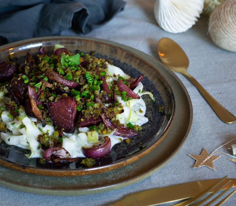 Karola's Kitchen - Witloofsalade met balsamicobietjes en falafelcrumble