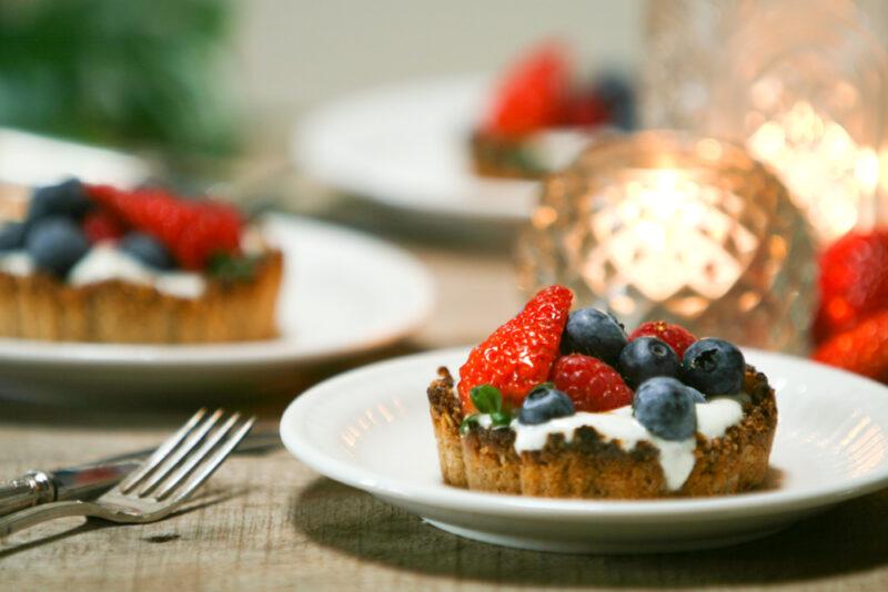 Vegan taartjes met aardbeien, frambozen en bessen