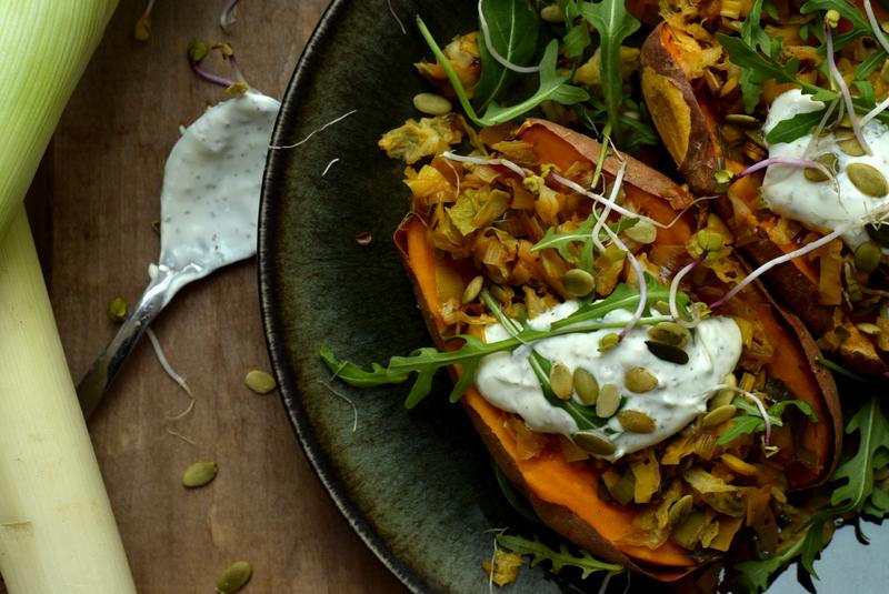 Karola's Kitchen - gepofte zoete aardappel met pittige prei en oreganoyoghurt