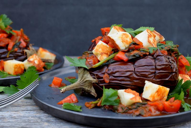 Karola's Kitchen - Gevulde aubergines met paprika en halloumi