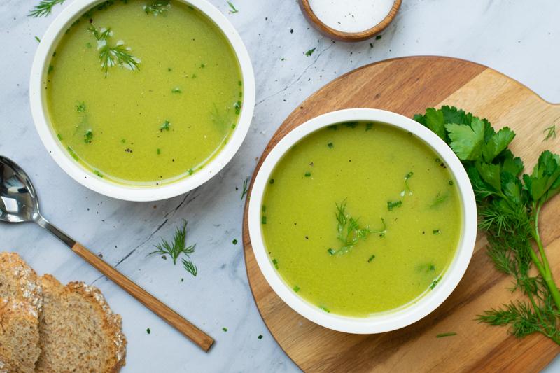 Een groene soep van asperges en tuinkruiden
